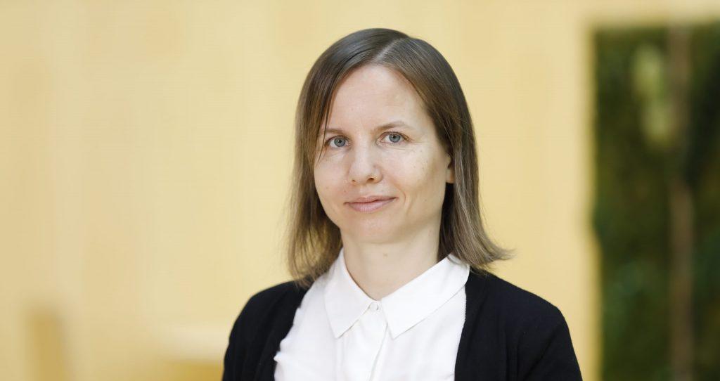 Valokuva eläinsuojeluasiamiehestä Saara Kupsalasta.